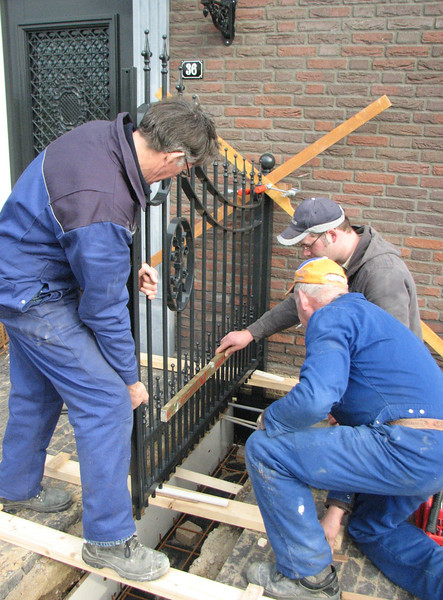 André v.d. Burg and fam. Kemps are installing the gates