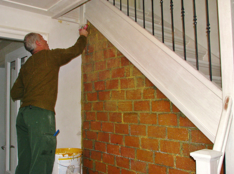 Marijn is glueing the stair wall before plastering