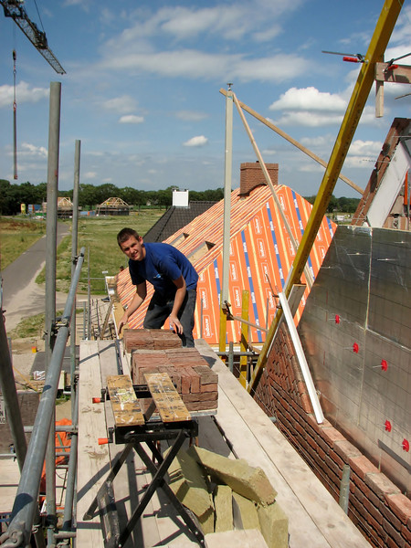 Stijn providing the scaffold for bricks