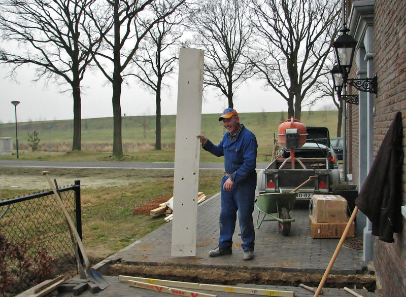 Henk Kemps making the mould of the foundation