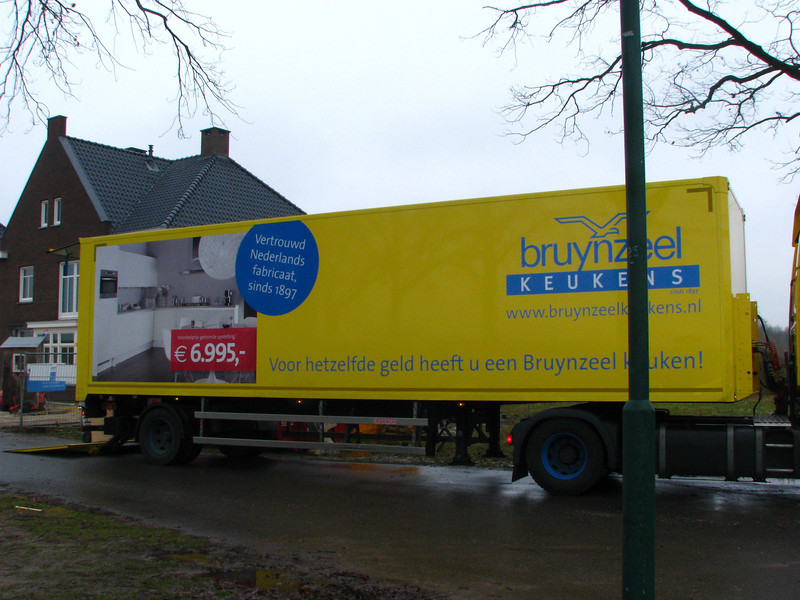 Unloading the Bruynzeel kitchen