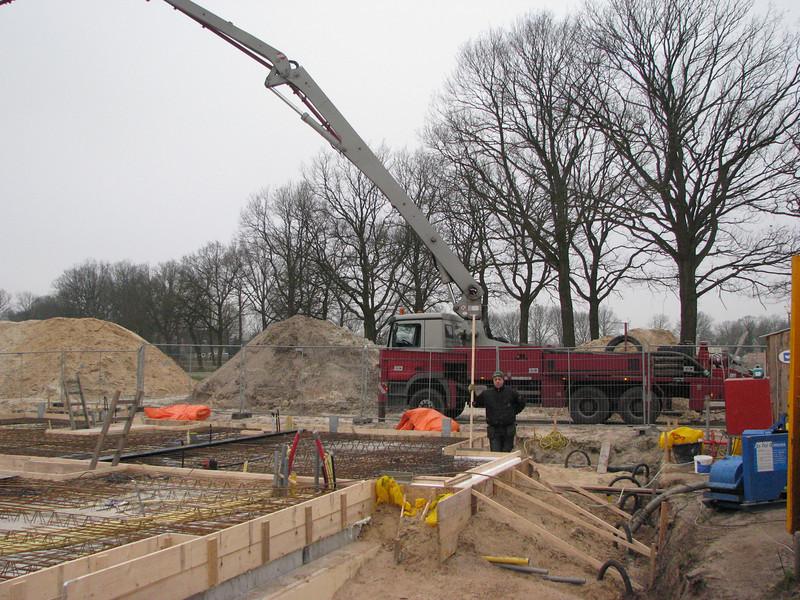 Concrete pump, casting concrete, Hans inspect the cast mould.