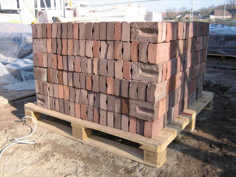 Pallet with 570 sawed-three-quarter bricks (NL: drieklezoor)