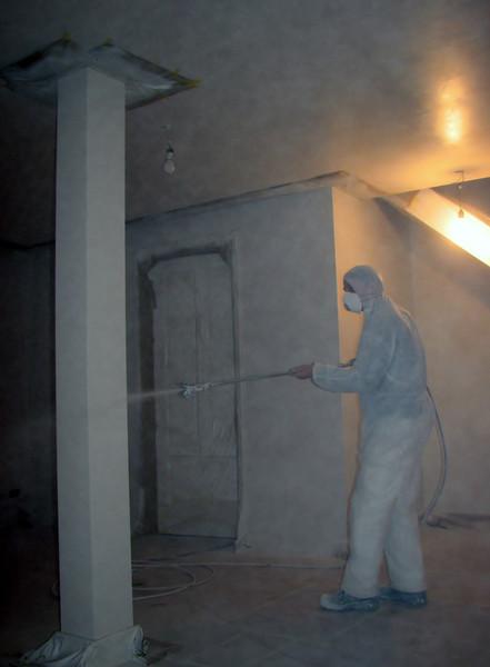 Spraying the column (firm: Robert v.d. Wetering schilderwerken)