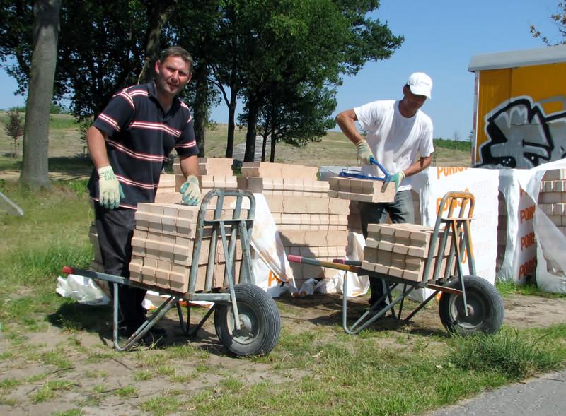 Frans and Robert transporting the Poriso bricks