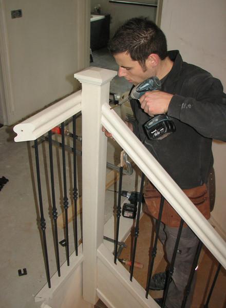 Ton van den Elzen is mounting the stair fence