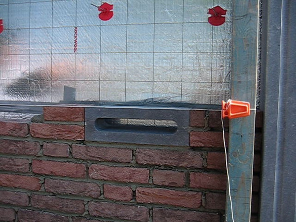 Film: Erik van Gastel bricklaying the mailbox in the side wall