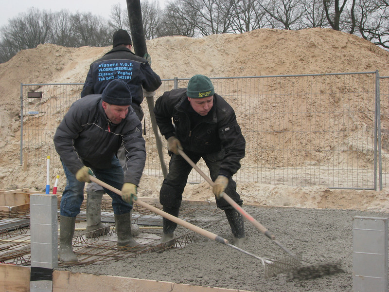 Frans and Hans in competition. Casting concrete
