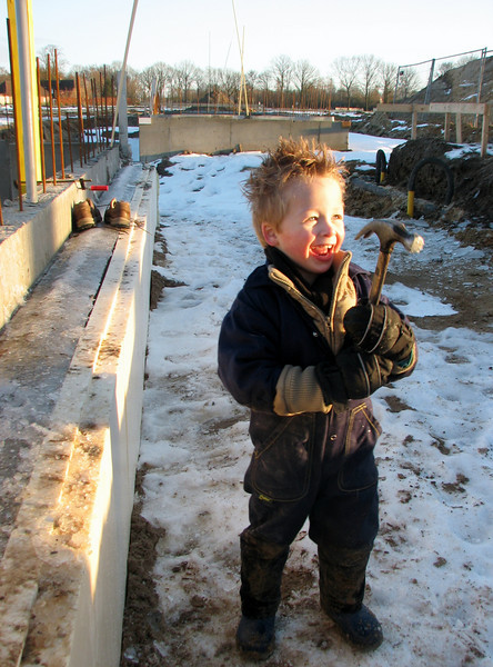 Stijn removing ice with granddad's hammer