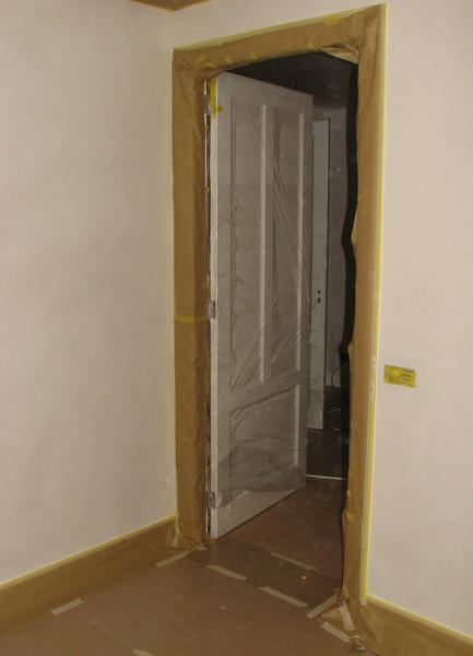 Taping up before spraying the walls and ceiling (firm: Robert v.d. Wetering schilderwerken)