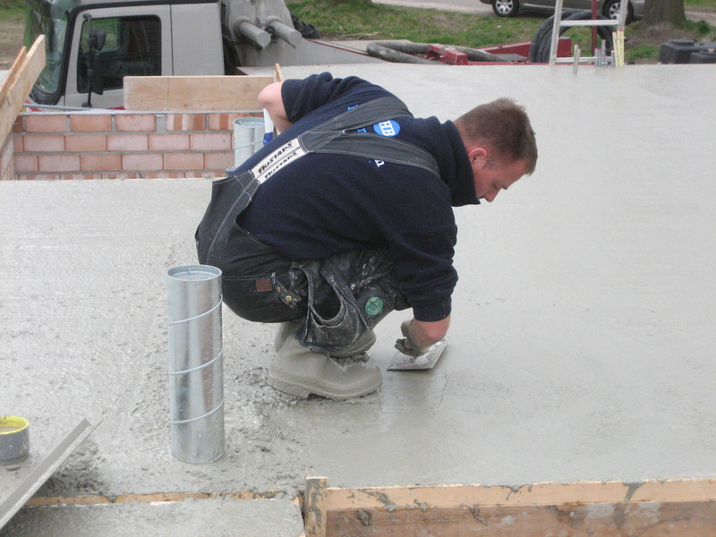 Hans leveling concrete of the first floor (NL: egaliseren)