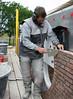 Bricklaying the upper part with a special mould (NL: gebruik van een schenkel voor het bovenste gedeelte van de rollaag)