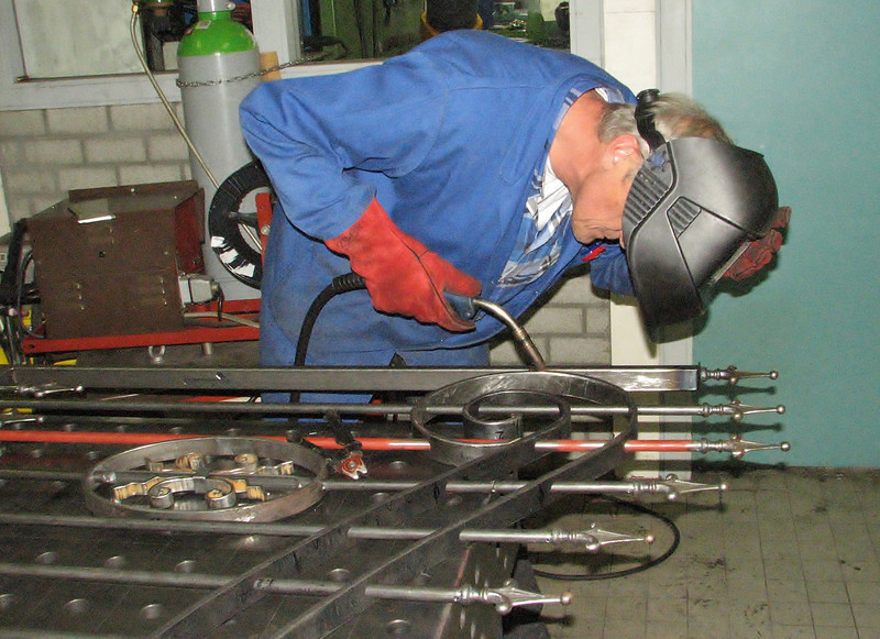 Wil is adhere-welding the gate parts