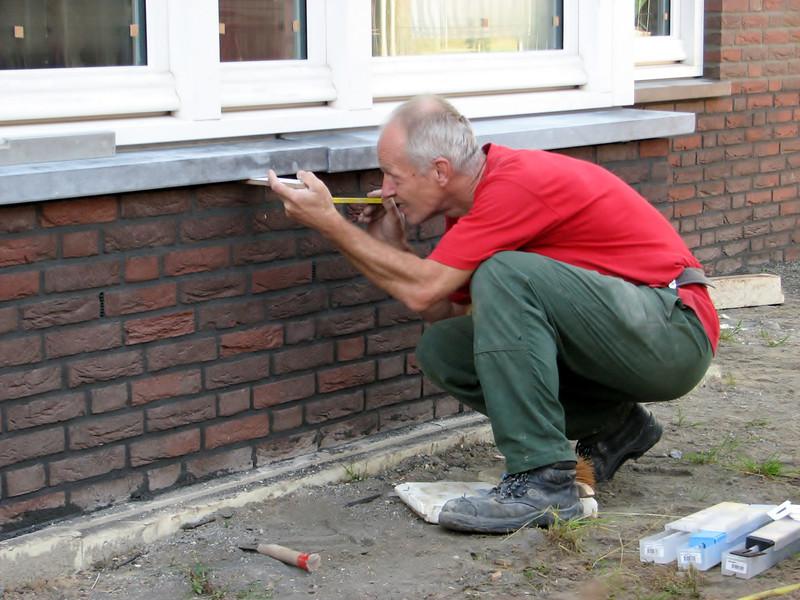 Marijn mounting the blau stone windowsills