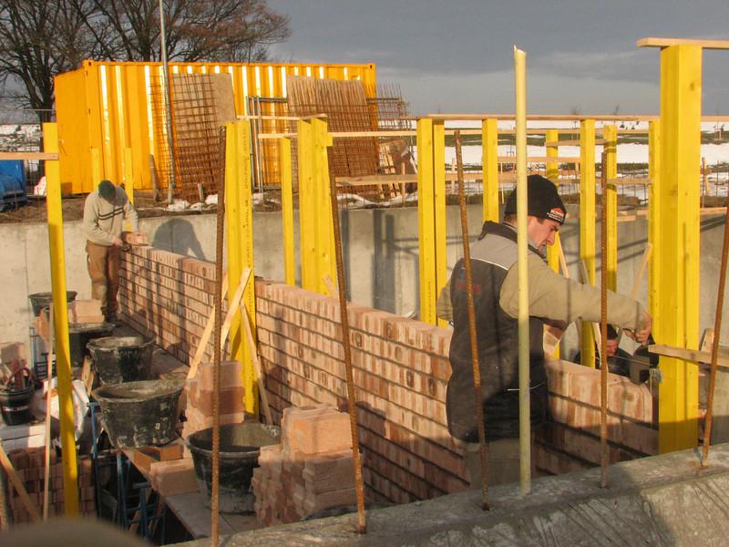 Bricklaying the dividing cellar wall between Jufferlaan no 36 and 38