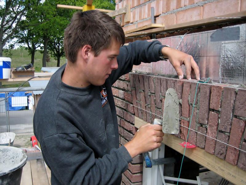 Erik van Gastel (NL: van Erik van Gastel metsel- en timmerwerken) bricklaying the upright course on the right side of the house