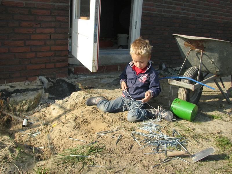 """Stijn playing/working: """"huisje bouwen"""""""