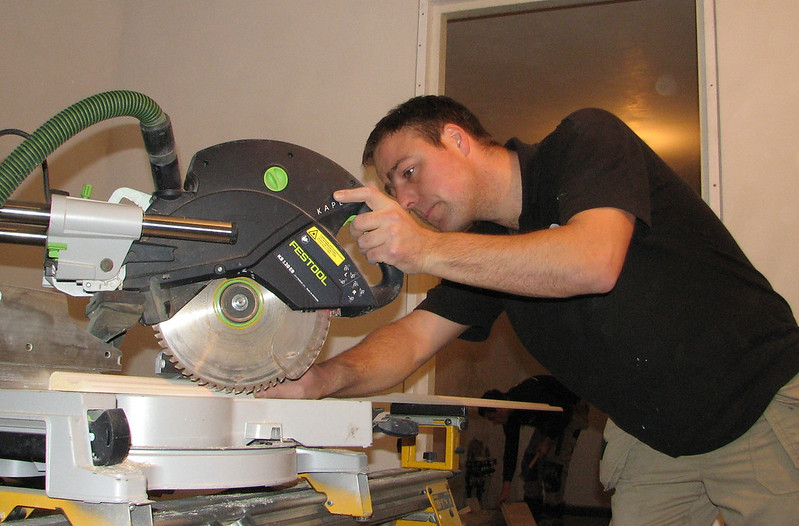 Hans Bergenhuizen is sawing the architraves