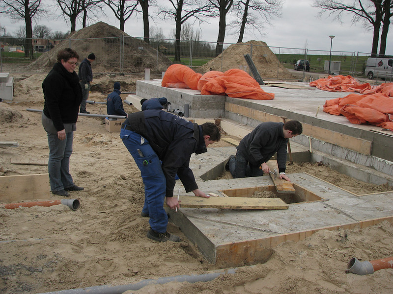 Imke, Mark and Stijn remove the mould of the extension