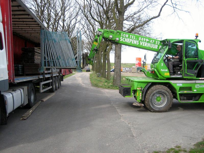 Discharging the scaffolding from Frans Merks truck