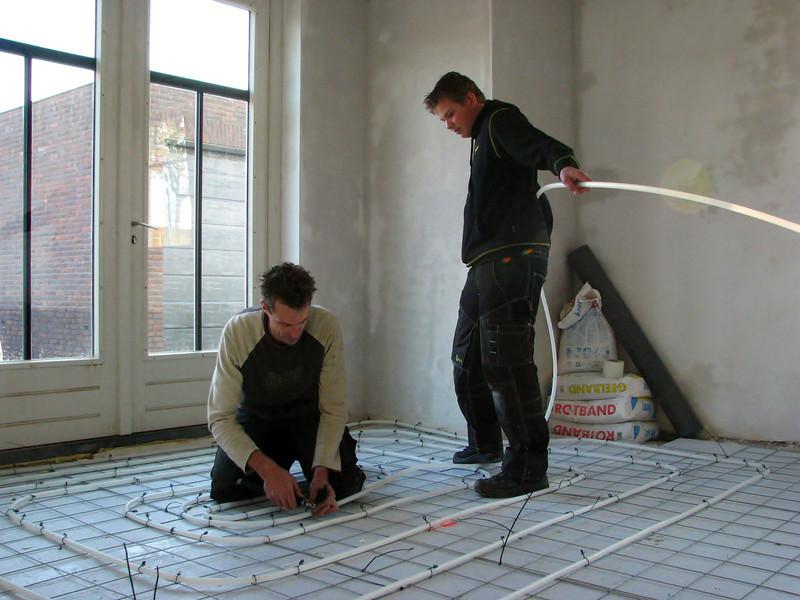 Erick mounting the heating hoses (firm: registered fitter Erick v. d. Linden)