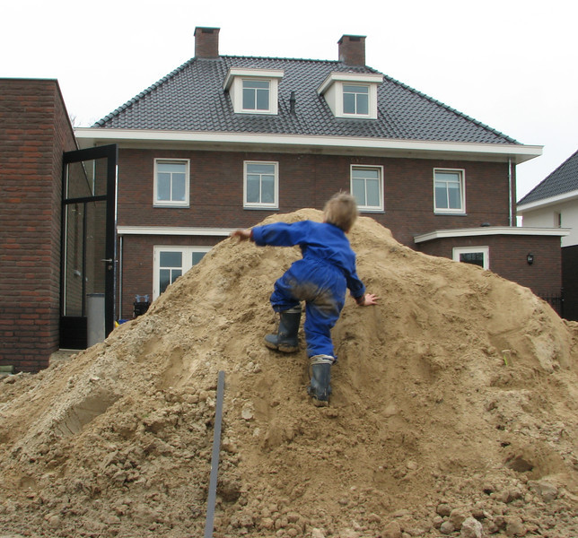 Stijn and Jesse are playing in the back yard