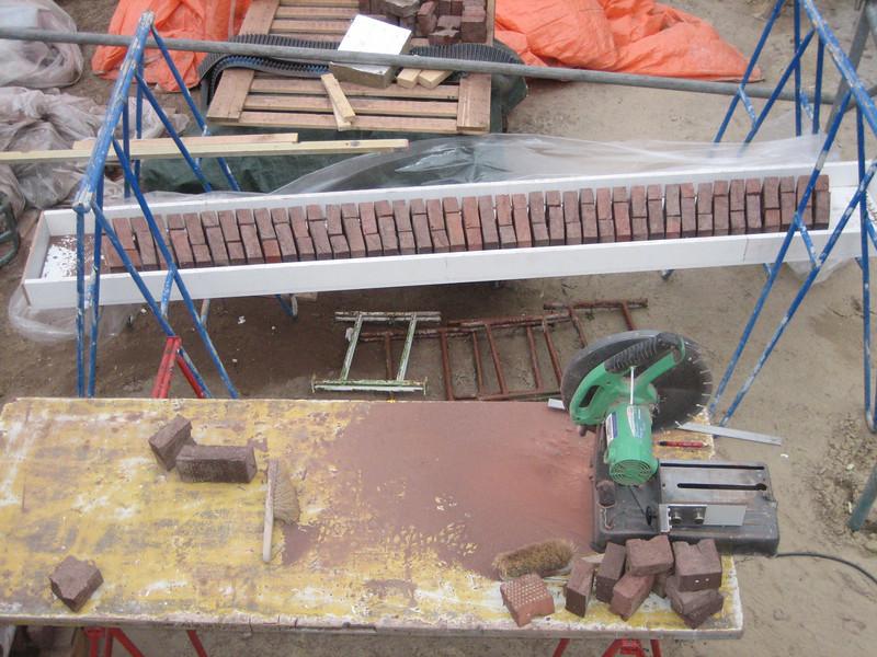 The stones of the bricksupright course of the garage door (width 2,5 m. R 3,75m.) (NL: strekse boog voor de garage deur)