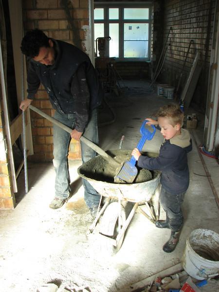 Stijn and Robert making mortar