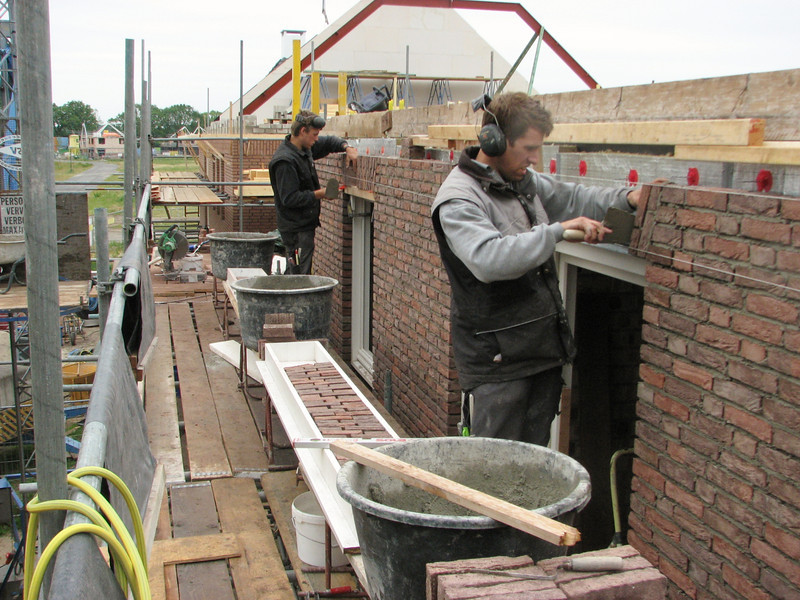 Paul and Erik van Gastel making the brickupright courses of the first floor (West wall)