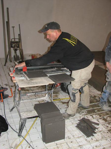 Hans Adriaans is cutting the tiles (Avedo tegelwerken)