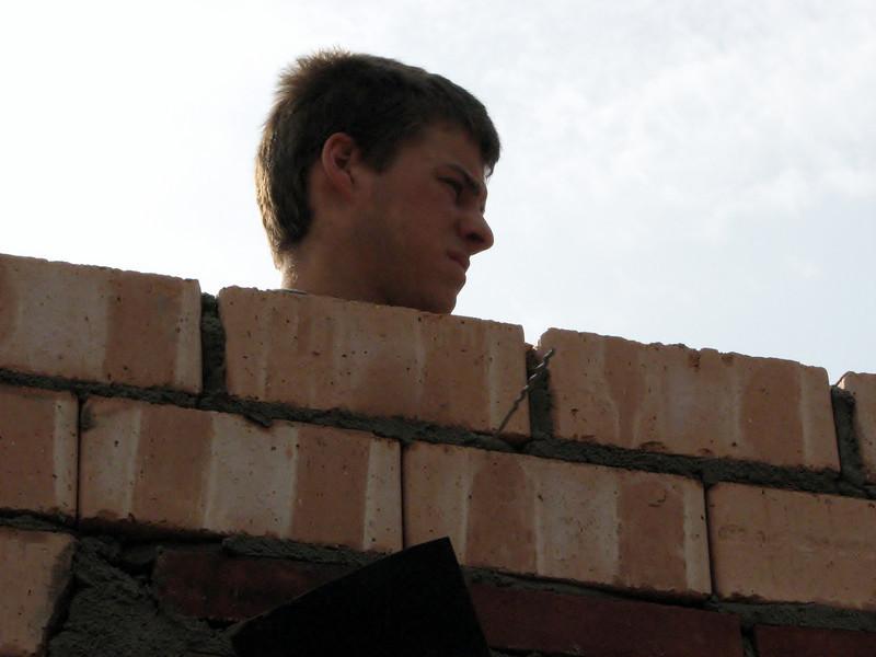 Erik (Erik van Gastel metsel- en timmerwerken) bricklaying on top of the doors of the bedroom