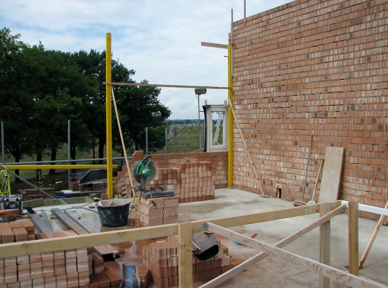 Bricklaying the separation wall of the attic