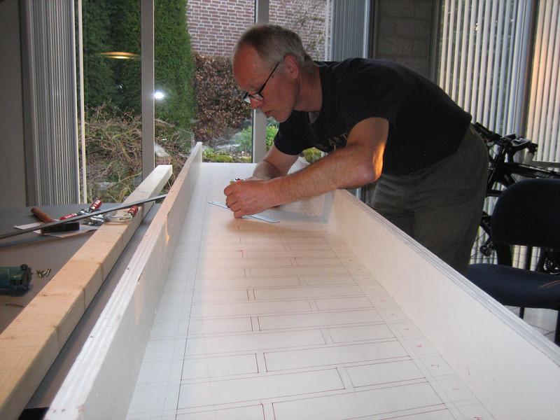 Making a gauge, used for grinding and making the bricksupright course of the main garage door (NL: mal voor het maken van een strekse boog)