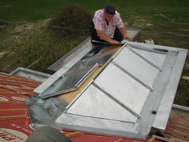 Jeroen folding zinc roof parts of the dormer (NL: felsen)