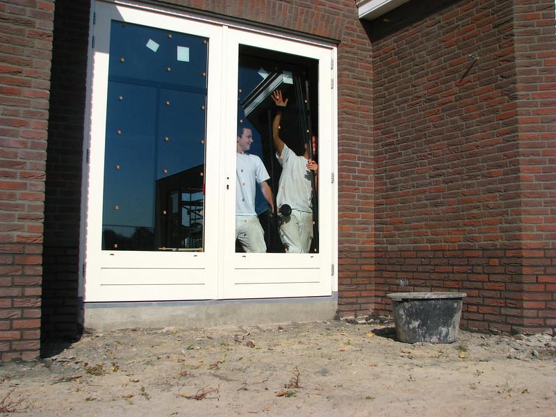 """Rick """"the Rambo"""" and Robert setting window panes (firm: Robert van de Wetering Glass Works)"""