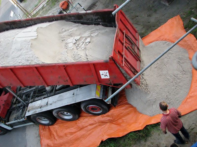 Sand unloading