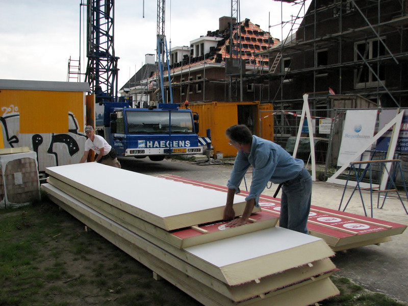 André and Marijn draging with insulation boards