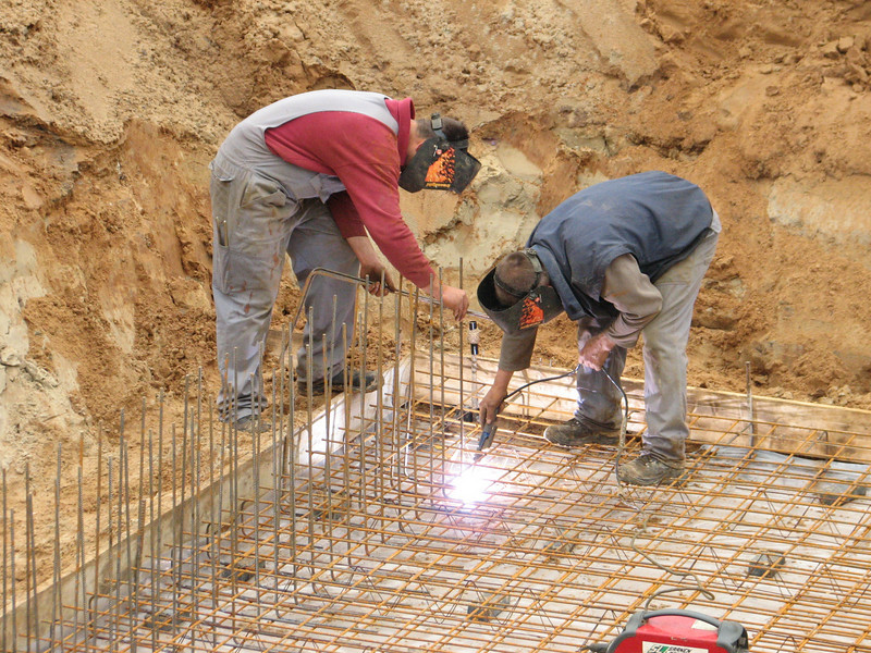 Welding the reinforcement connection of the walls