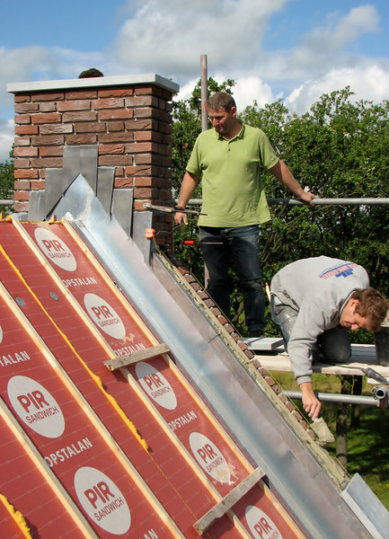Mounting the last Ardennes blue stone gable stone