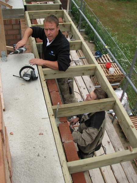 Hans and Jarno mounting the gutter frame
