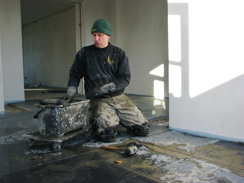 Toine Adriaans tiled the kitchen floor with bluestone (Avedo tegelwerken)