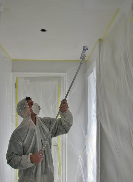 Spraying the walls and ceiling (firm: Robert v.d. Wetering schilderwerken)