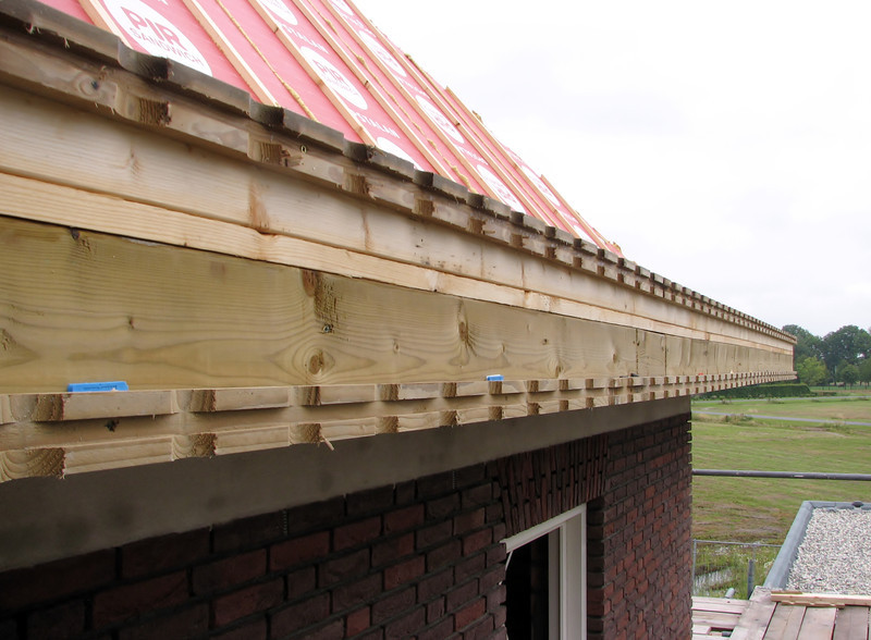 Allign and mounting of the ventilation slats of the gutter by Jarno and Marijn