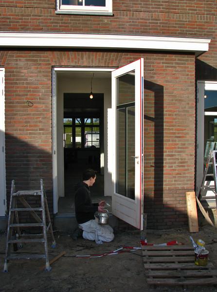 Rick painting the back-door (Robert v.d. Wetering schilderwerken)