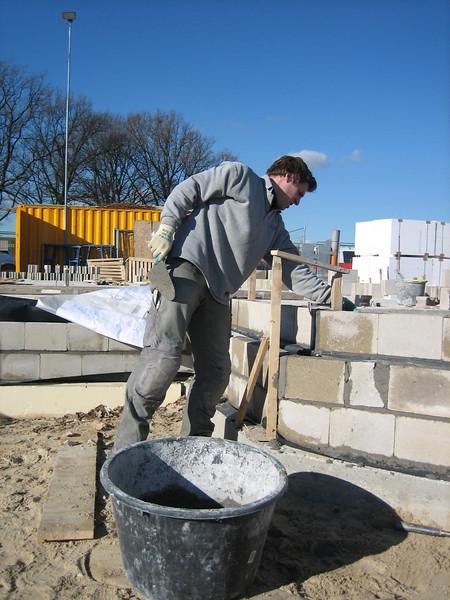 Paul bricklaying up to standard level, scullery fam. Merks (NL: bijkeuken)