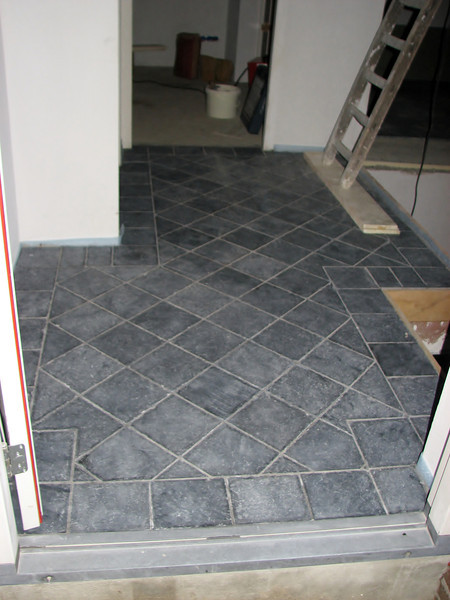 Hall floor with tiled bleu stone