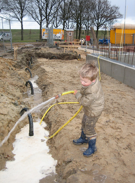 Stijn transport the pumpwater of the cellar