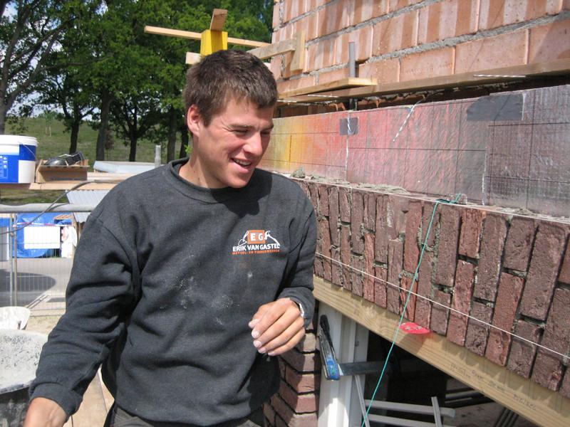 Erik enjoying (NL: van Erik van Gastel metsel- en timmerwerken)  the upright course is finished