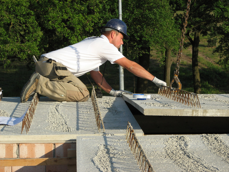 Hans Bergenhuizen laying the floorelements down