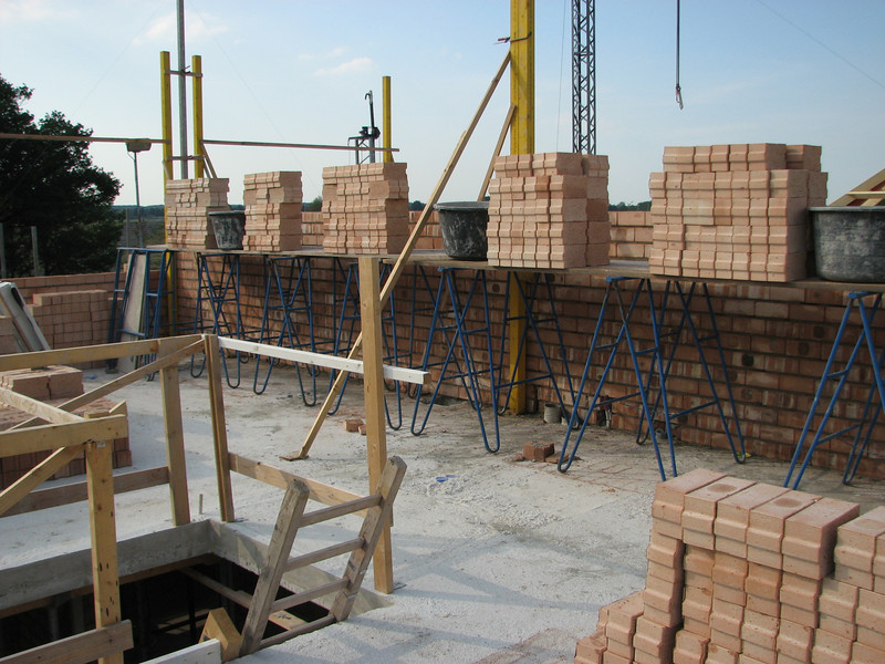 Bricklaying walls of the attic